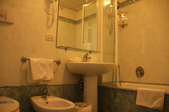 Riviera Hotel : decent bathroom, good size and great towel warmer