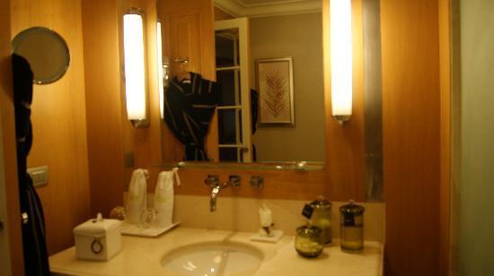 Kempinski Nile Hotel Cairo: bathroom
