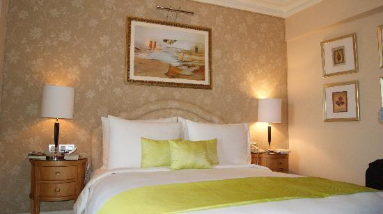 Kempinski Nile Hotel Cairo: My lovely bed  - how i miss you!