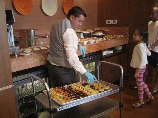 JW Marriott Hotel Bogota: Preparando Buffet  en Pisos ejecutivo