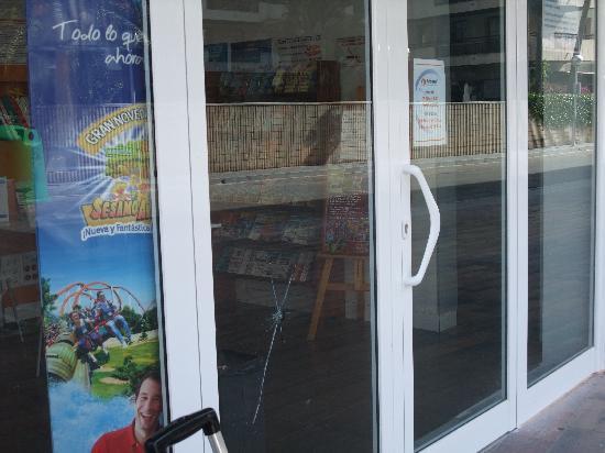 Zahara Rentalmar: Smashed window of Brisasol office, angry customer perhaps?