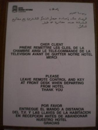 Marina Victoria Hotel Algeciras: 客室内のアラビア語とフランス語と英語とスペイン語での注意文