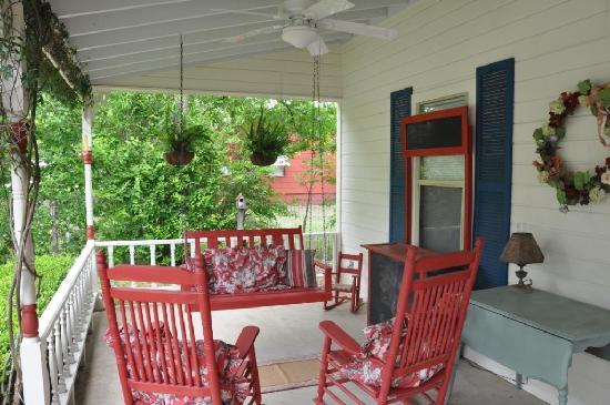 Corner Cottage B&B: Public sitting area on the front porch.