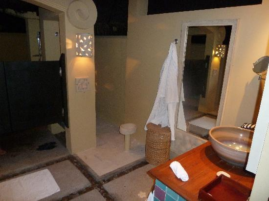 J Resorts Alidhoo: Bathroom is amazing