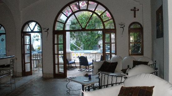 Casa Romantica: spacious living area looking onto the patio