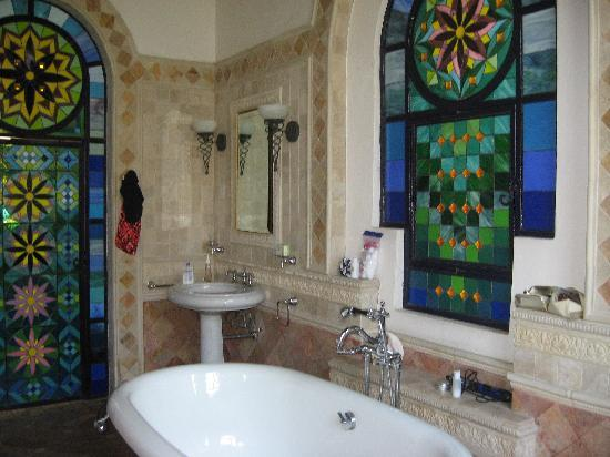 Casa Romantica: gorgeous bathroom with stained glass