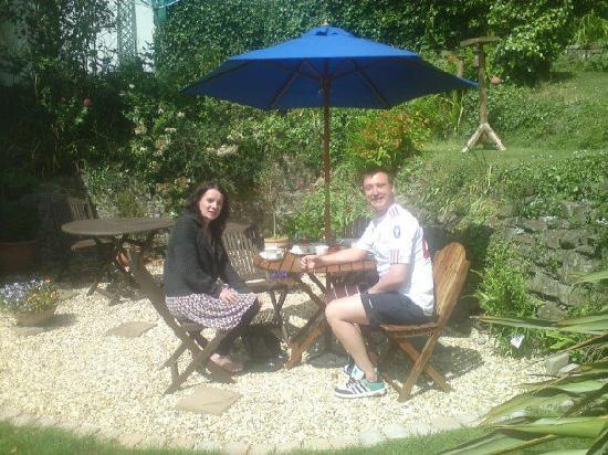 Stratton Gardens Guest House: Enjoying our cream tea in the Sun