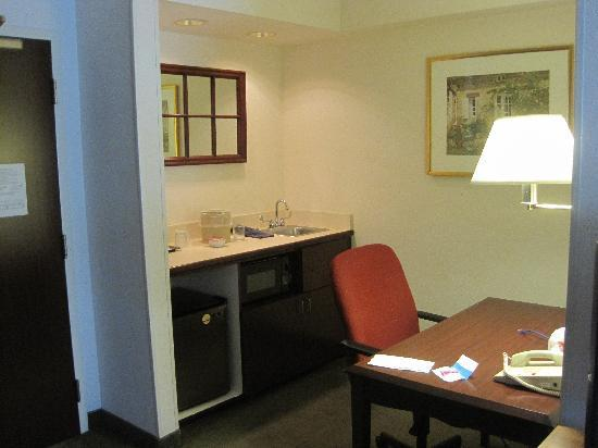 SpringHill Suites Nashville Airport: Desk/kitchenette area