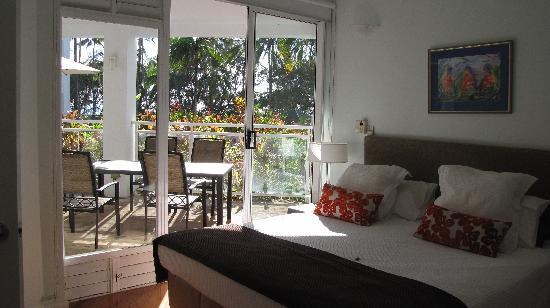 Beaches Port Douglas: Main bedroom looking out to deck and pool