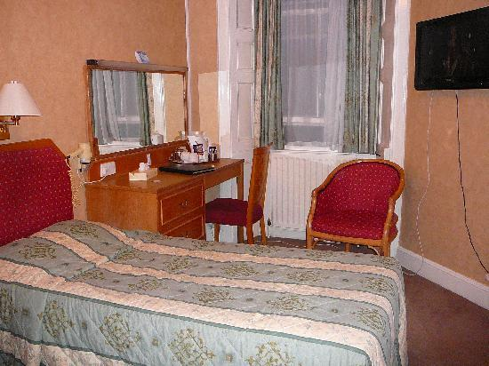 Royal British Hotel: Room