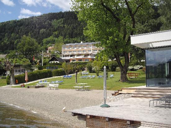 Seehotel Hoffmann: Ansicht über Liegewiese vom See her, rechts vorne die neue Sauna.