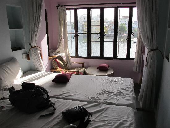 Hotel Nayee Haveli : camera con vista lago