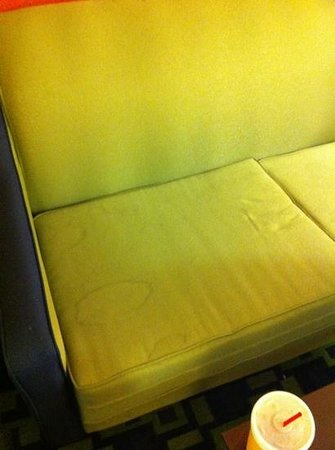 La Quinta Inn & Suites Louisville : stained couch