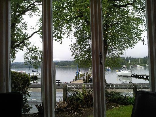 Waterhead Hotel: Looking out acros the lake at breakfast time
