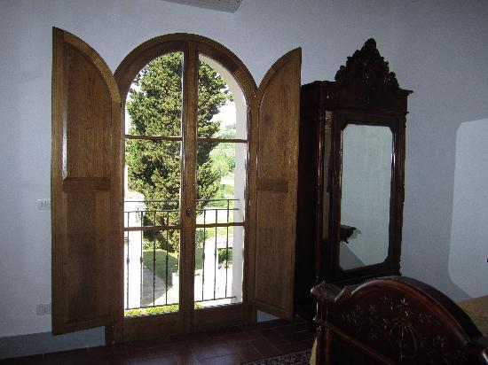 Villa Poggio ai Merli: Large doors off of bedroom