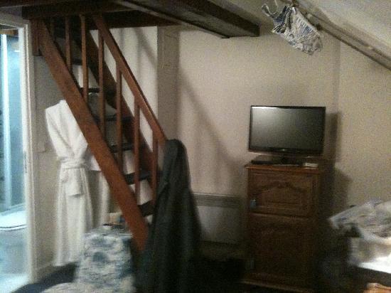 Relais Hotel du Vieux Paris: TV with steps to the small loft space