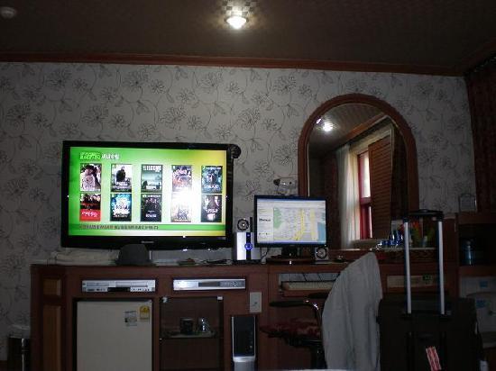Elysee Motel: TV, movies, internet