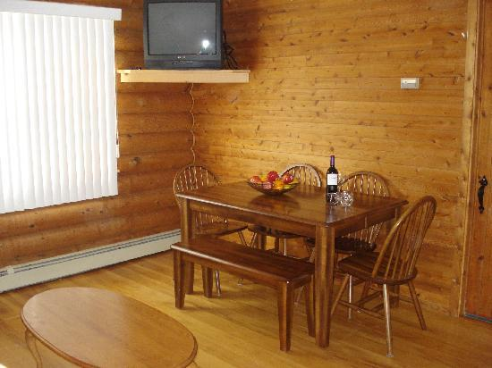 Wild Goose Lodge and Retreat: Private Dining Area in each of the 6 units