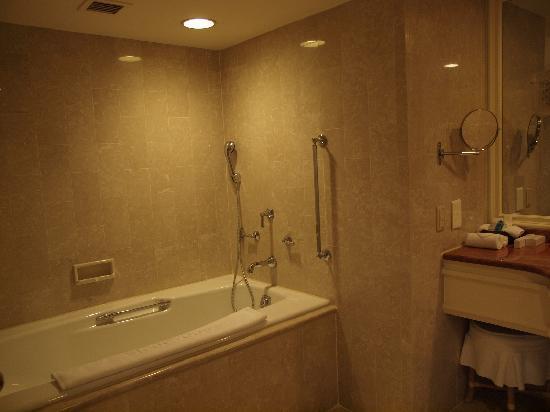 The Sherwood Taipei : バスルームも広くてシャワーブースとバスタブは別