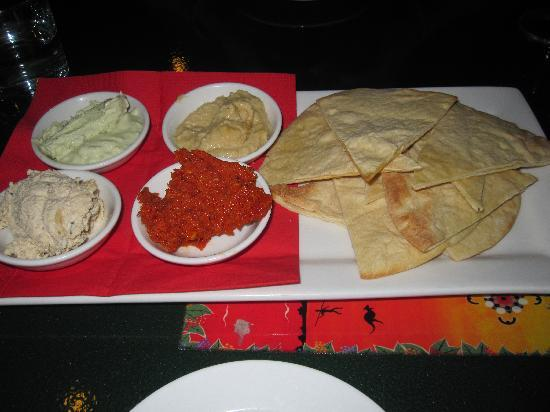 Red Ochre Grill Restaurant Alice Springs: Entree of dips and bread