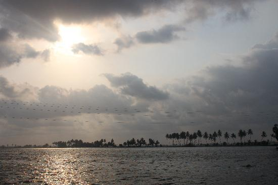 Snehadhara Homestay: Sunset over the Alleppey backwaters