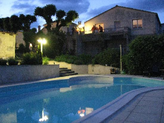‪‪Domaine la Fontaine‬: The pool with the houses viewed at evening‬