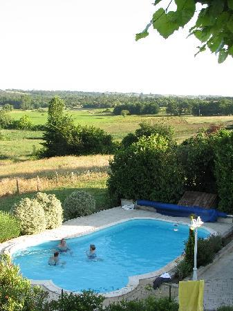 Domaine la Fontaine: View over the pool and valley