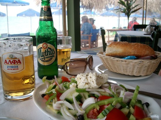 Taverna O Gyalos: A Greek salad as a starter and a coold beer.