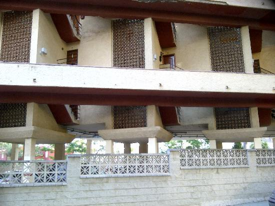 โรงแรมรอยัล คอสต้า: Awful building on way to shop