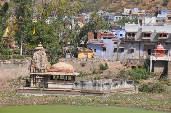 Taragarh Fort: Tample in the lake.