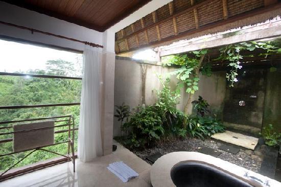 Amori Villas: Valley view suite bathroom