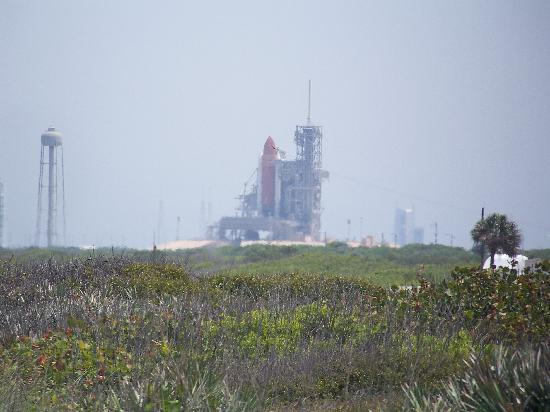 ‪‪Titusville‬, فلوريدا: Shuttle Endeavor on the Launch Pad as seen from the beach‬