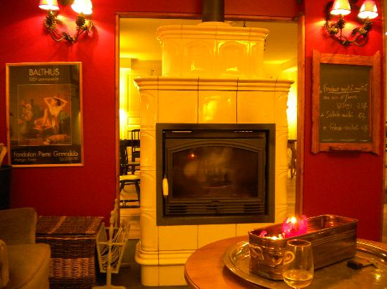 Hotel du Pillon: Small sitting room with fire