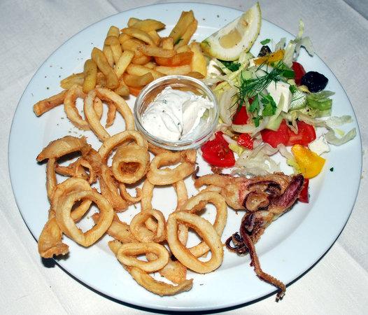 Haraki, Grecia: Calamari con patate e insalata greca