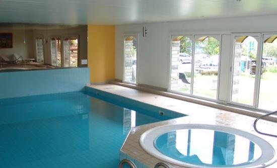Hotel Ambassador: Swimmingpool und Whirlpool im Hotel