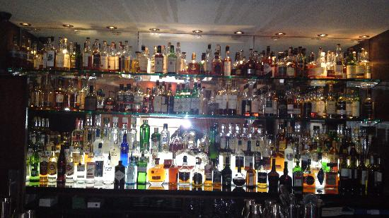 Glenmoriston Town House: WELL STOCKED BAR