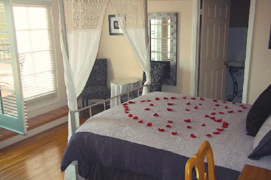 The Eagle Inn: Roses on our bed