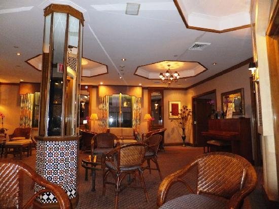 Casablanca Hotel Times Square: Sam´s piano is in the background...