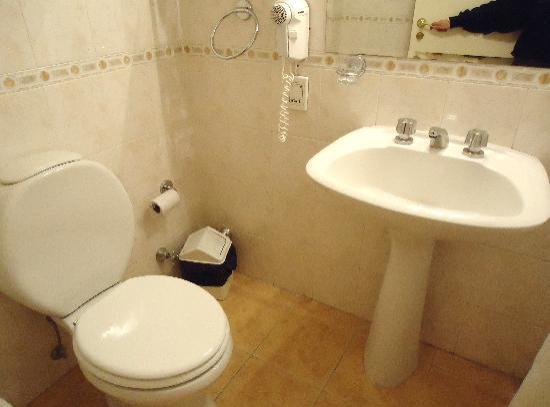 Intersur Suites: bathroom