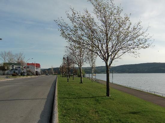 Auberge des 21: la route du fjord qui mène à l'hôtel