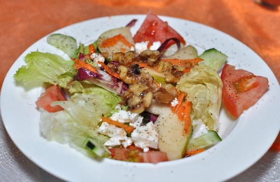 Jungle Love Cafe: Fresh and deliciously flavored pre-meal salad...the combination of fruit and nuts and pepper was