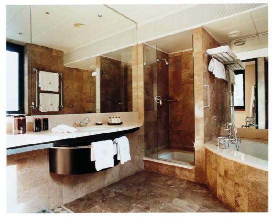 COMO The Halkin: Deluxe Room Bathroom