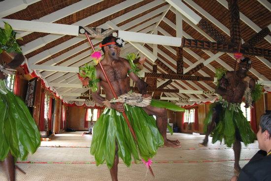 Fidji : danses dans la maison commune