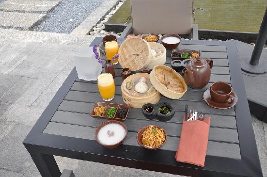 Pullman Lijiang Resort & Spa: Room service Chinese breakfast option