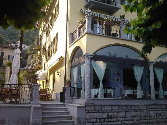 Hotel Ristorante Taverna Bleu: View of the hotel from the lake