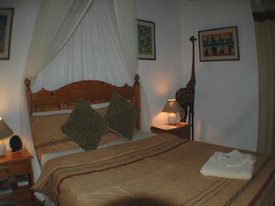 Trees Too Guest Lodge: Double room (with TV, air con, fridge and en suite shower)