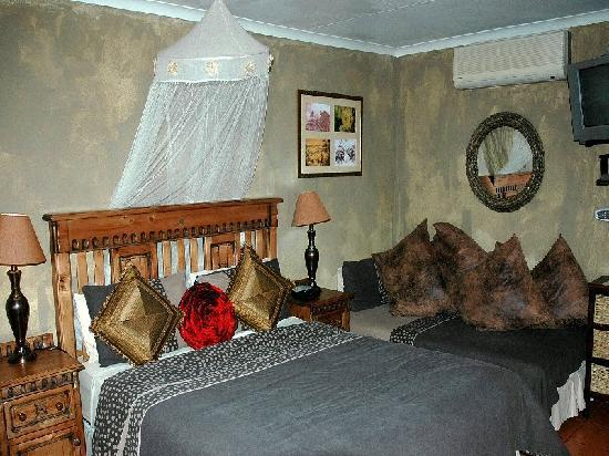 Trees Too Guest Lodge: Triple room (queen sized plus single bed, air con, TV, bar fridge and en suite shower over bath
