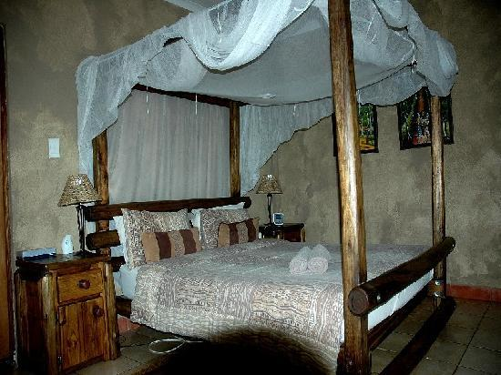 Trees Too Guest Lodge: Family room for 4 with separate bunk bed room and en suite bath and shower