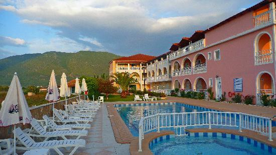 Plessas Palace Hotel: Early morning view of the pool and hotel,