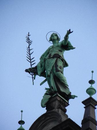 Rathaus statue